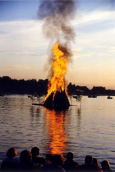 400px-Midsummer_bonfire_in_Finland